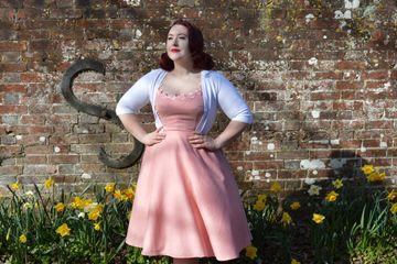 7247462cb8ca Αυτό το 50s φλοραλ φόρεμα θα αποτελέσει το βασικό κομμάτι της ...