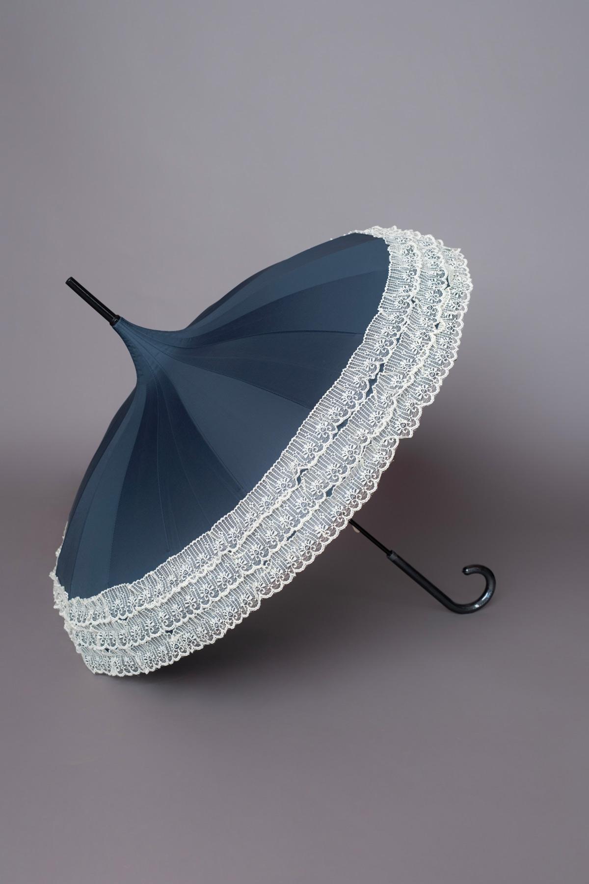 μπλε ομπρέλα σε σχήμα παγόδας με ιβουάρ δαντελένιο τελείωμα για μοναδικές εμφανίσεις