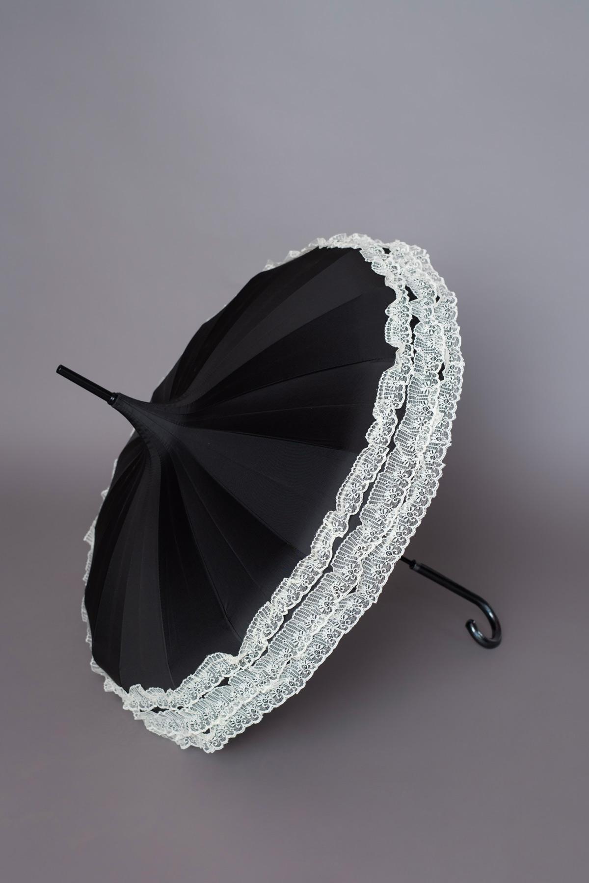 μαύρη ομπρέλα παγόδα με δαντέλα στο τελείωμα