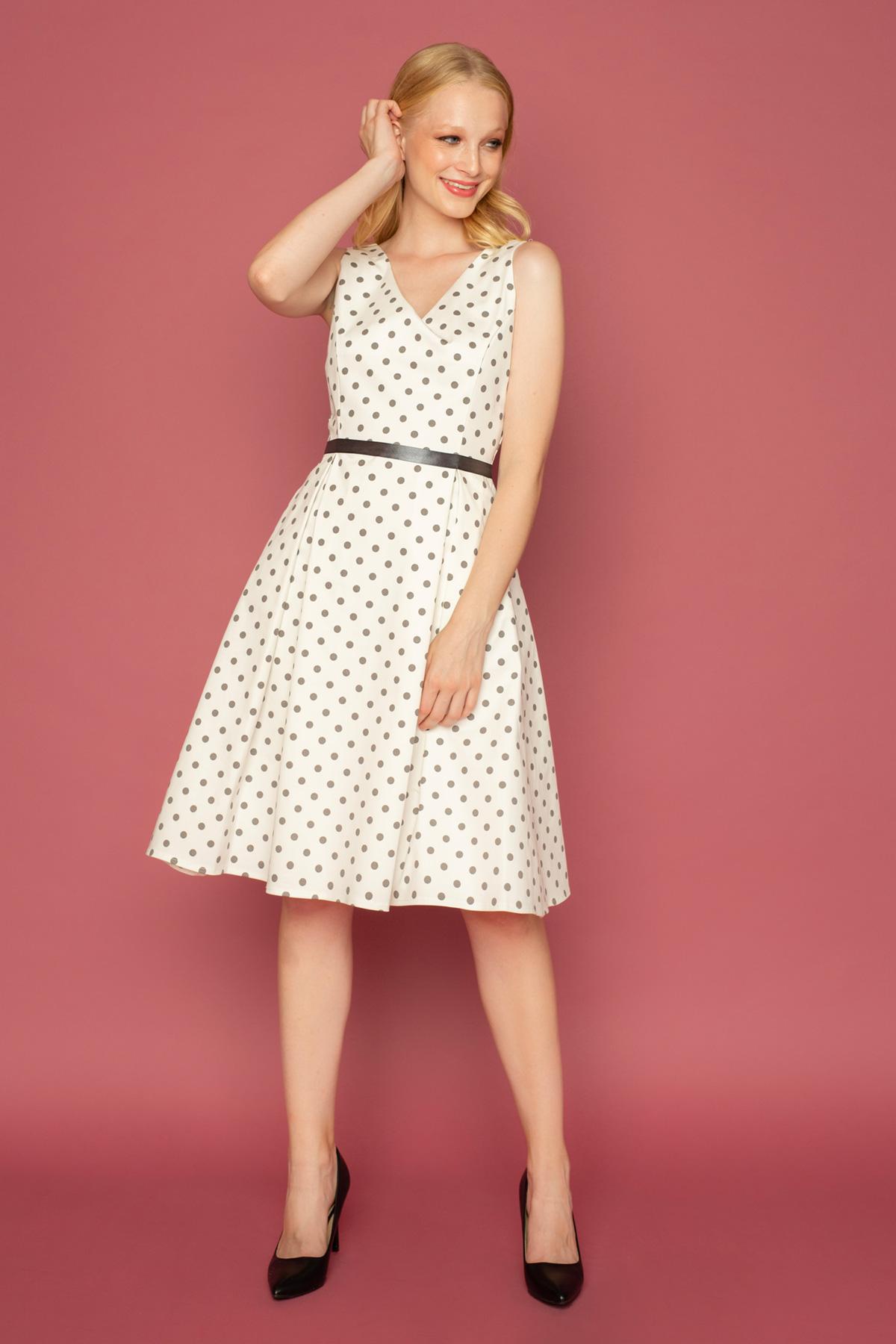 Ιβουάρ αμάνικο φόρεμα με μικρά γκρι πουά σε μεσάτη γραμμή, με κουφόπιετες και γκρι κορδέλα για ζώνη, ιδανικό για μια επίσημη περίσταση.