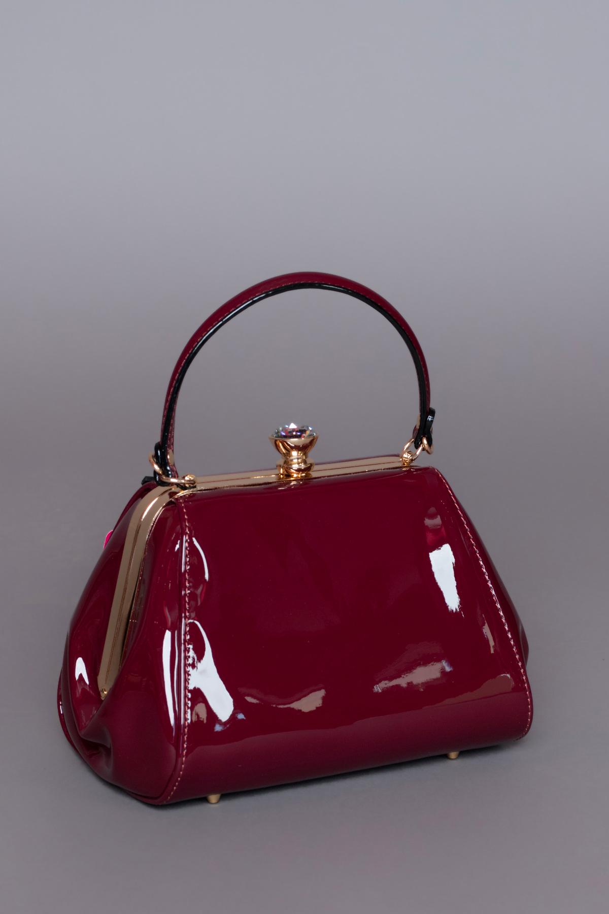 Μπορντώ λουστρίνι τσάντα, με αποσπώμενο μακρύ λουράκι, ιδανική για μια απογευματινή ή βραδινή εμφάνιση.