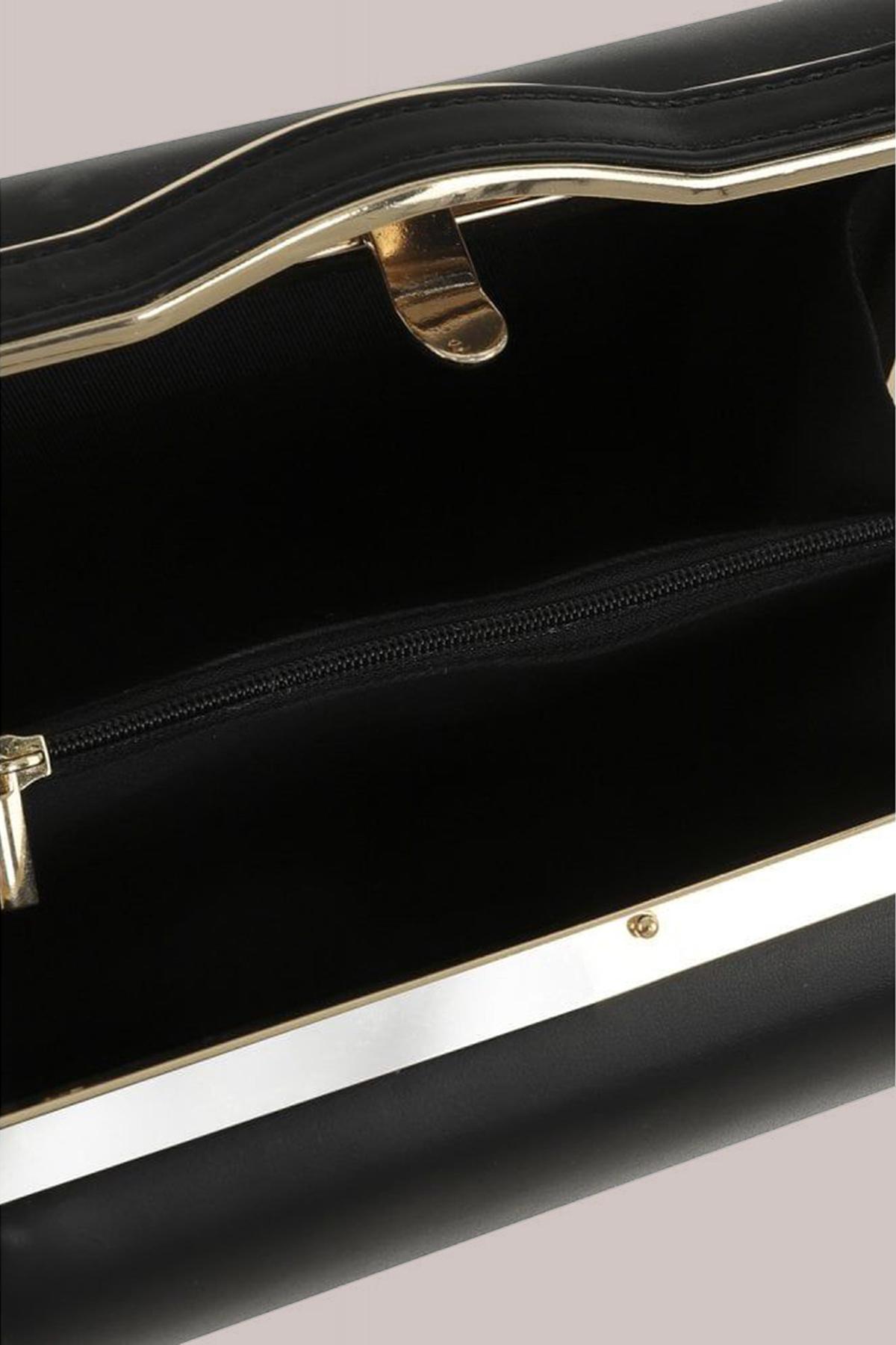 Μαύρη τσάντα από από δερματίνη με κοντό λουράκι για να φορεθεί από το πρωί μέχρι το βράδυ.