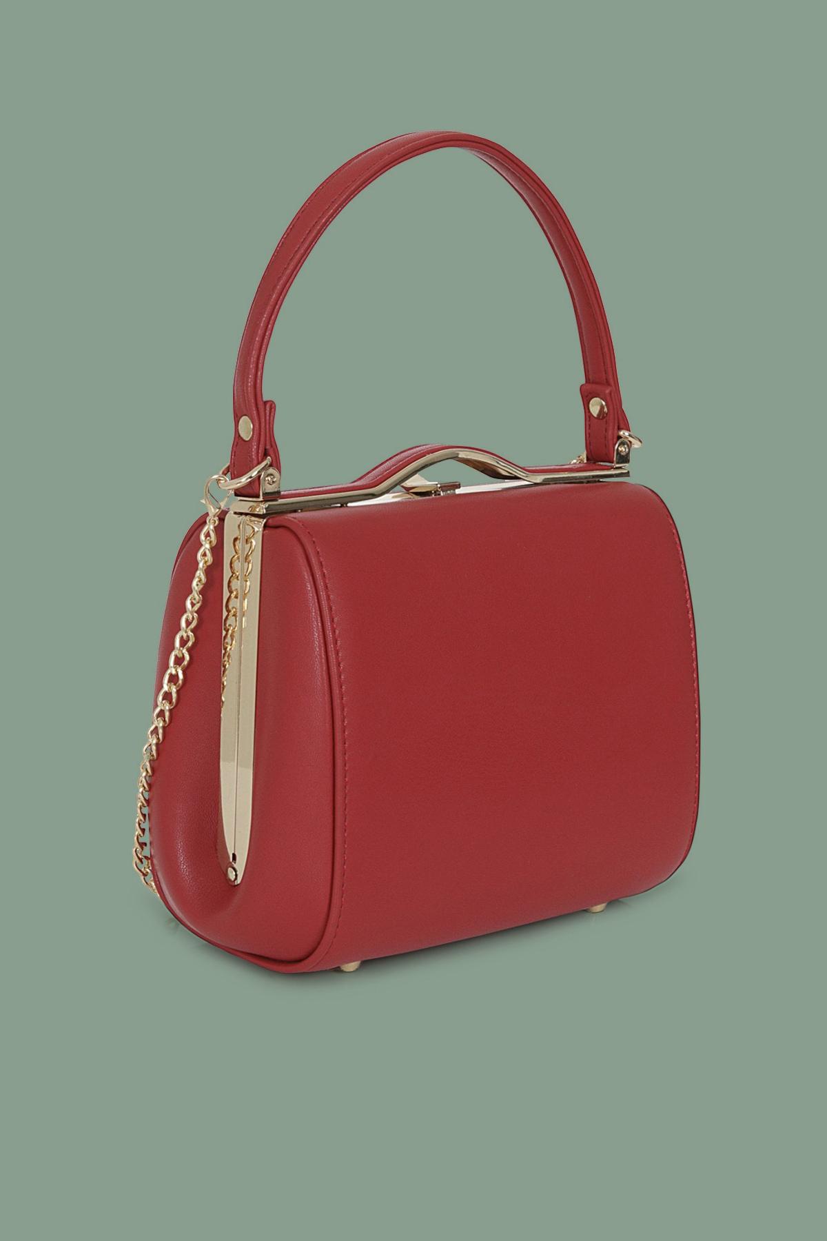 Κόκκινη τσάντα από δερματίνη με κοντό λουράκι, χρυσαφί μεταλλικό κούμπωμα και μακριά αποσπώμενη αλυσίδα για να φορεθεί και στον ώμο.