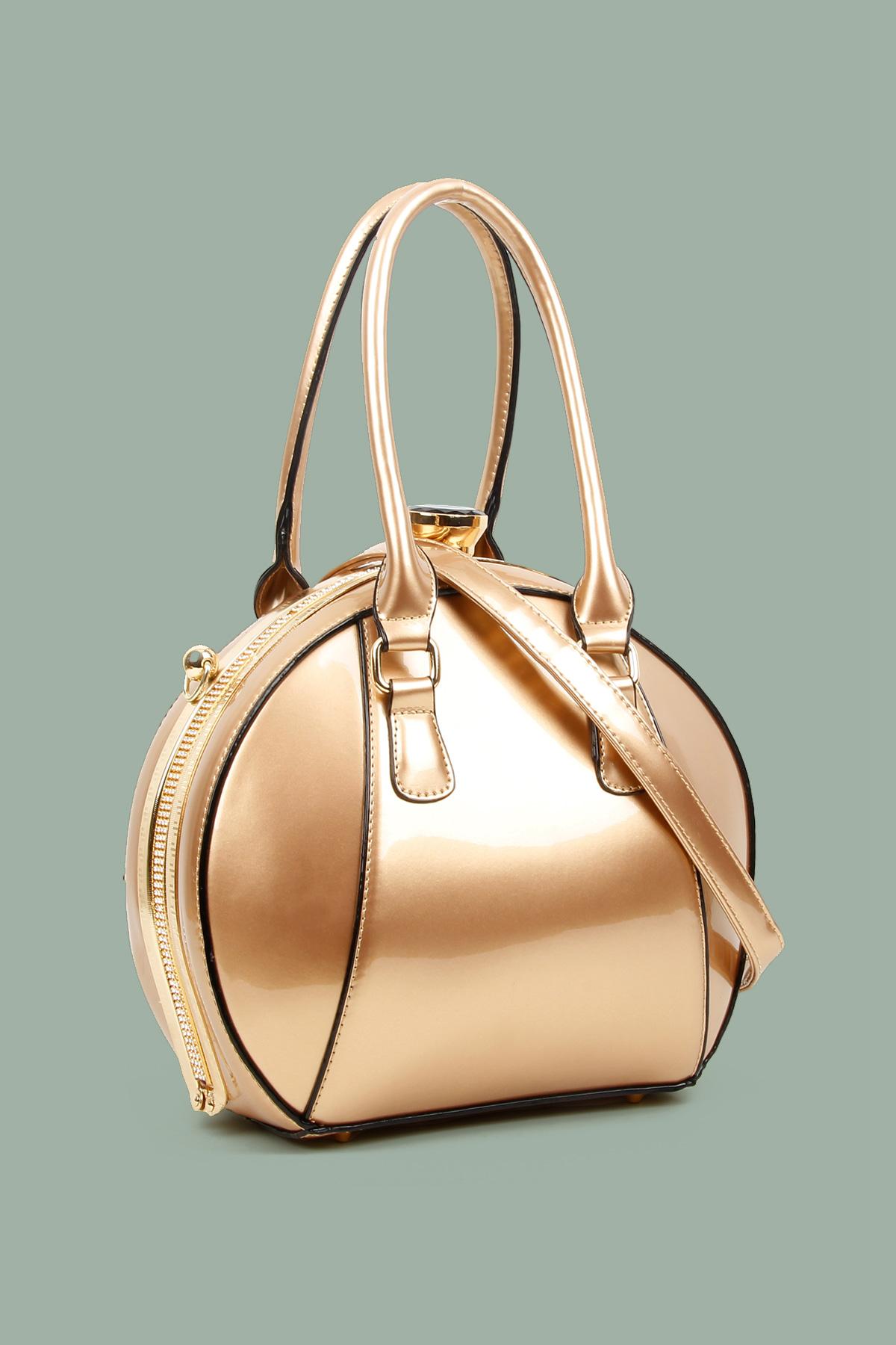 Λουστρίνι τσάντα σε στρογγυλό σχήμα, με μακρύ λουράκι για τον ώμο, χρυσαφί λεπτομέρεια στο προφίλ που κλείνει με κούμπωμα στρας. Φορέστε την το απόγευμα στη βόλτα ή σε μια επίσημη περίσταση!