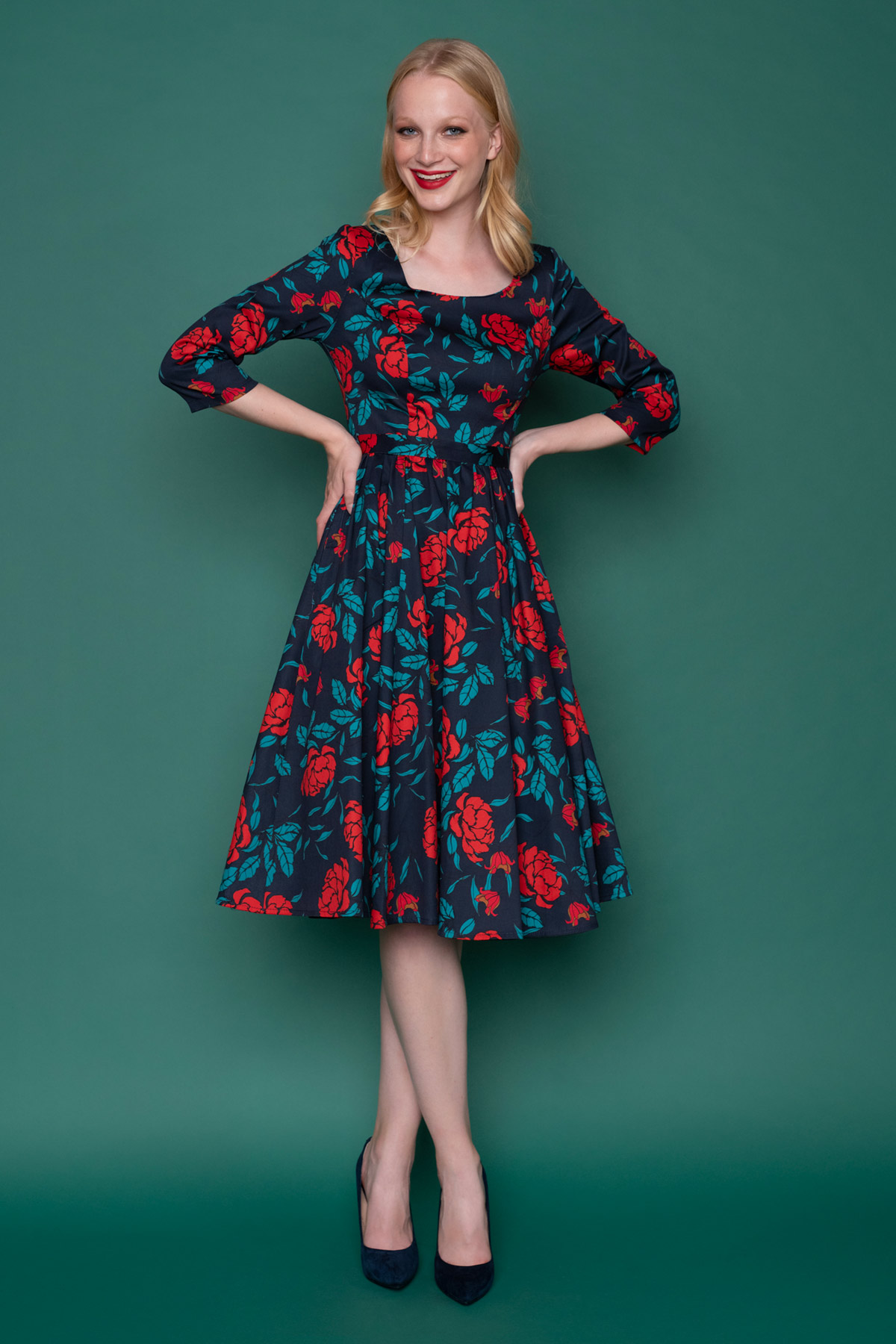 Navy μπλε vintage φόρεμα με 3/4 μανίκια σε μίντι μήκος, με ασορτί ζώνη,στρογγυλή λαιμουδιά και φούστα με σούρα μέχρι το γόνατο για ένα εντυπωσιακό 50s look!