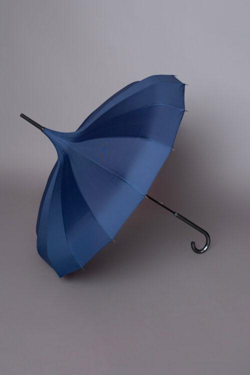 Μπλε ομπρέλα σε σχήμα παγόδας. Υπέροχη αδιάβροχη ομπρέλα για τον ήλιο το πρωί μέχρι τη βροχή το βράδυ. Έχει αυτόματο άνοιγμα με κουμπάκι και άνετο χερούλι για το κράτημα.