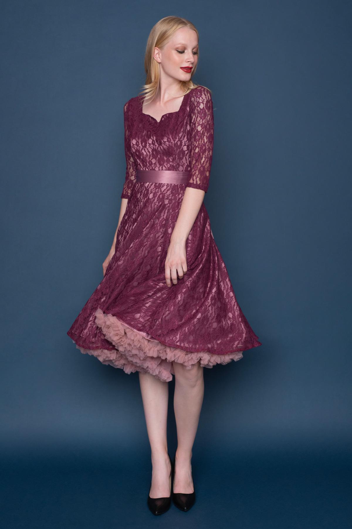 Δαντελένιο vintage φόρεμα σε μεσάτη γραμμή, από μπορντώ δαντέλα, με dusty pink φόδρα, με 3/4 μανίκια, τετράγωνη λαιμουδιά με μικρό άνοιγμα V, σατέν κορδέλα στη μέση που δένει πίσω με φιόγκο και μήκος μέχρι το γόνατο, ιδανικόvintage φόρεμα για γάμο.