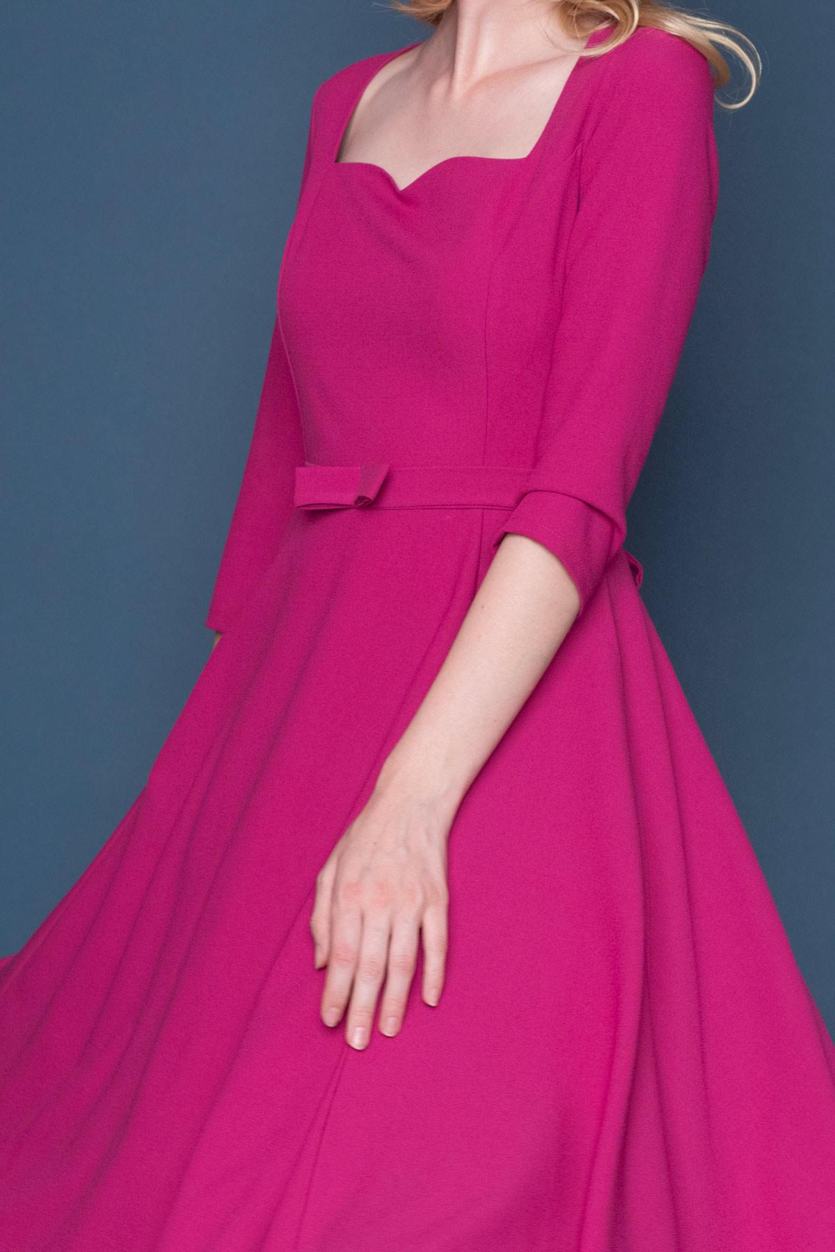 Κλος vintage φόρεμα σε μεσάτη γραμμή, από υπέροχo magenta αέρινο ύφασμα και μήκος μέχρι το γόνατο. Με 3/4 μανίκια και λαιμουδιά σε σχήμα καρδιά, είναι το πιο chic φόρεμα για να συνοδεύσει μια επίσημη εμφάνισή σας.