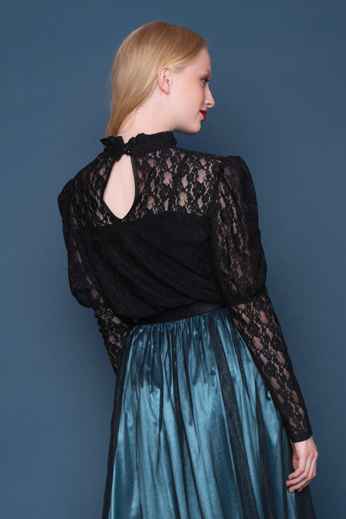 Δαντελένια μαύρη μπλούζα με μακριά μανίκια και ψηλό λαιμό, σε βικτωριανό ύφος, που δίνει στυλ σε κάθε outfit!