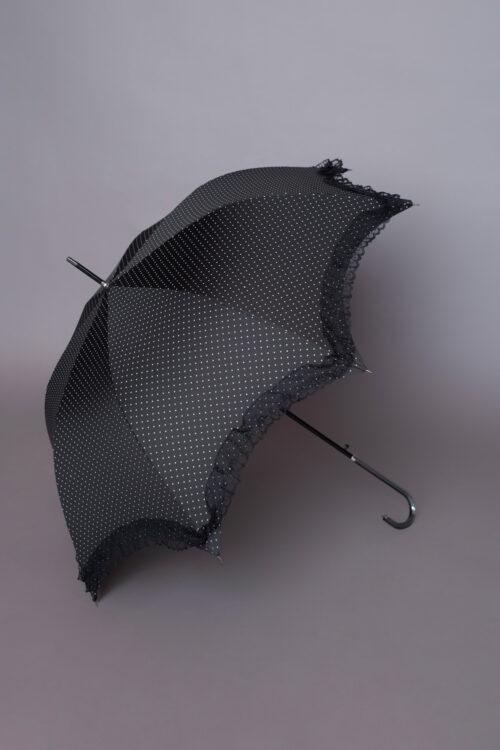 Αδιάβροχη ρομαντική μαύρη πουά ομπρέλα με δαντελένιο βολάν στο τελείωμα, ιδανική για να ολοκληρώσετε ένα ξεχωριστό look!