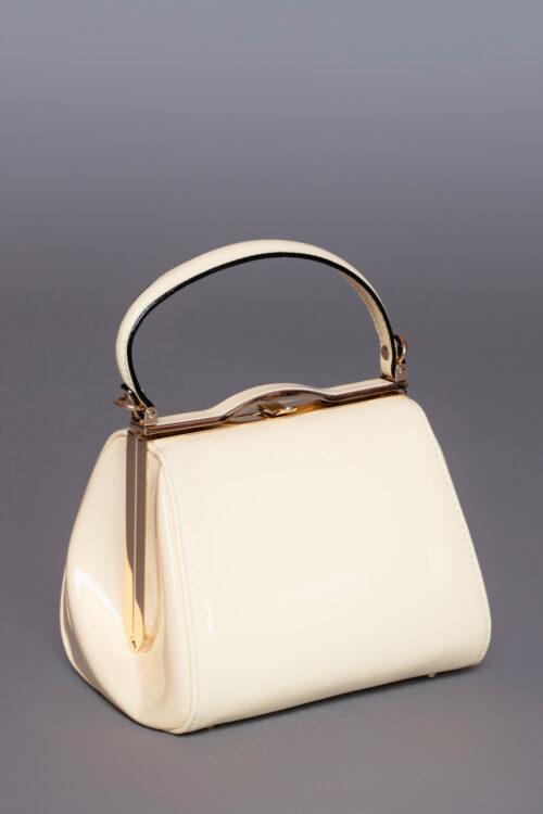 Κρεμ λουστρίνι τσάντα, με αποσπώμενο μακρύ λουράκι, ιδανική για μια απογευματινή ή βραδινή εμφάνιση.