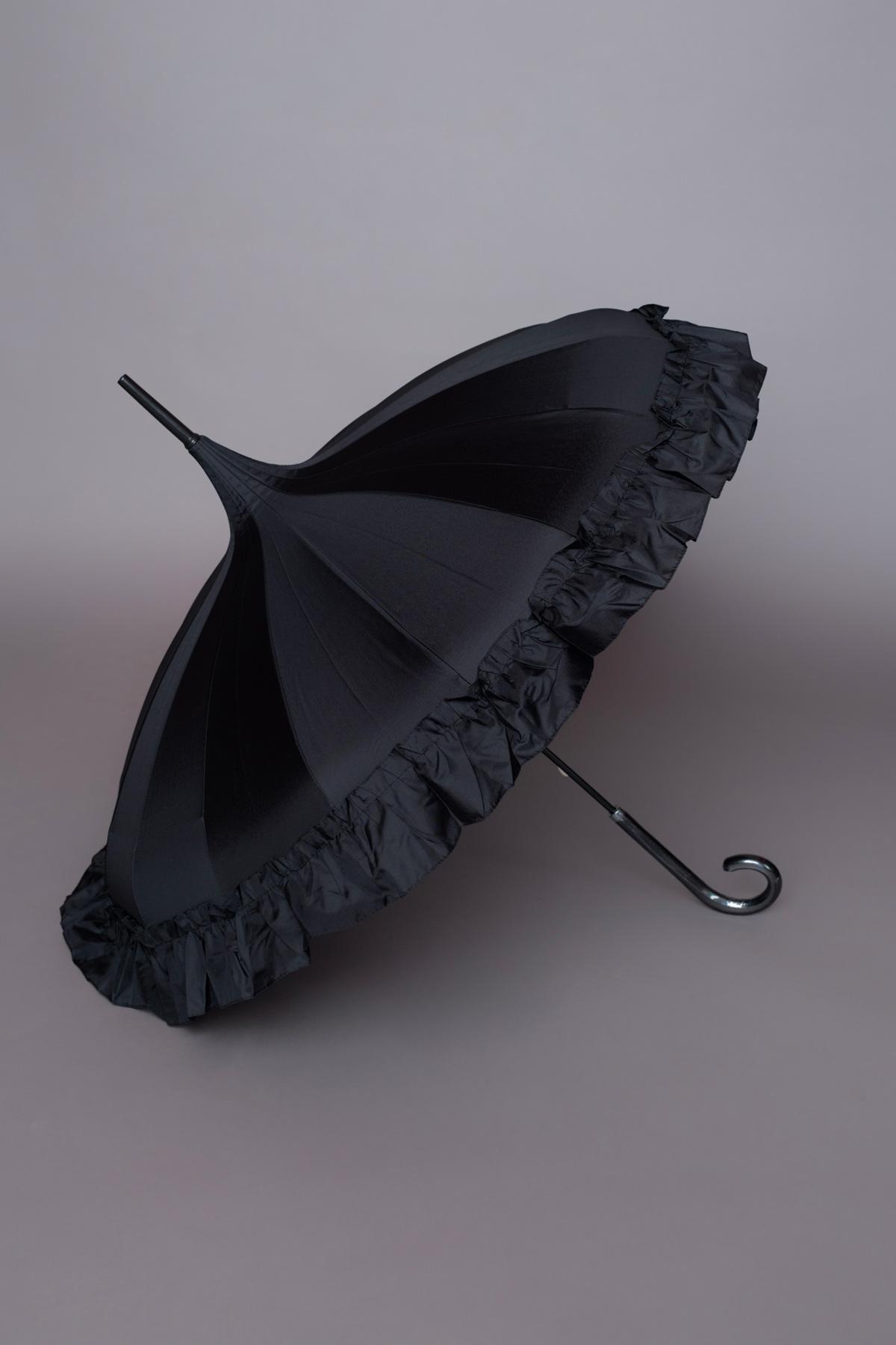 Αδιάβροχη ρομαντική μαύρη ομπρέλα σε σχήμα παγόδας, με βολάν στο τελείωμα, ιδανική για να ολοκληρώσετε ένα ξεχωριστό look!