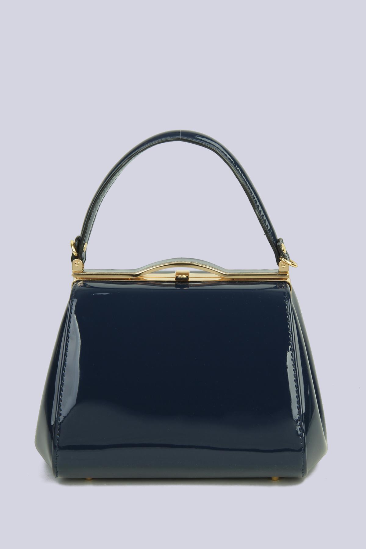Μπλε λουστρίνι τσάντα, με αποσπώμενο μακρύ λουράκι, ιδανική για μια απογευματινή ή βραδινή εμφάνιση.