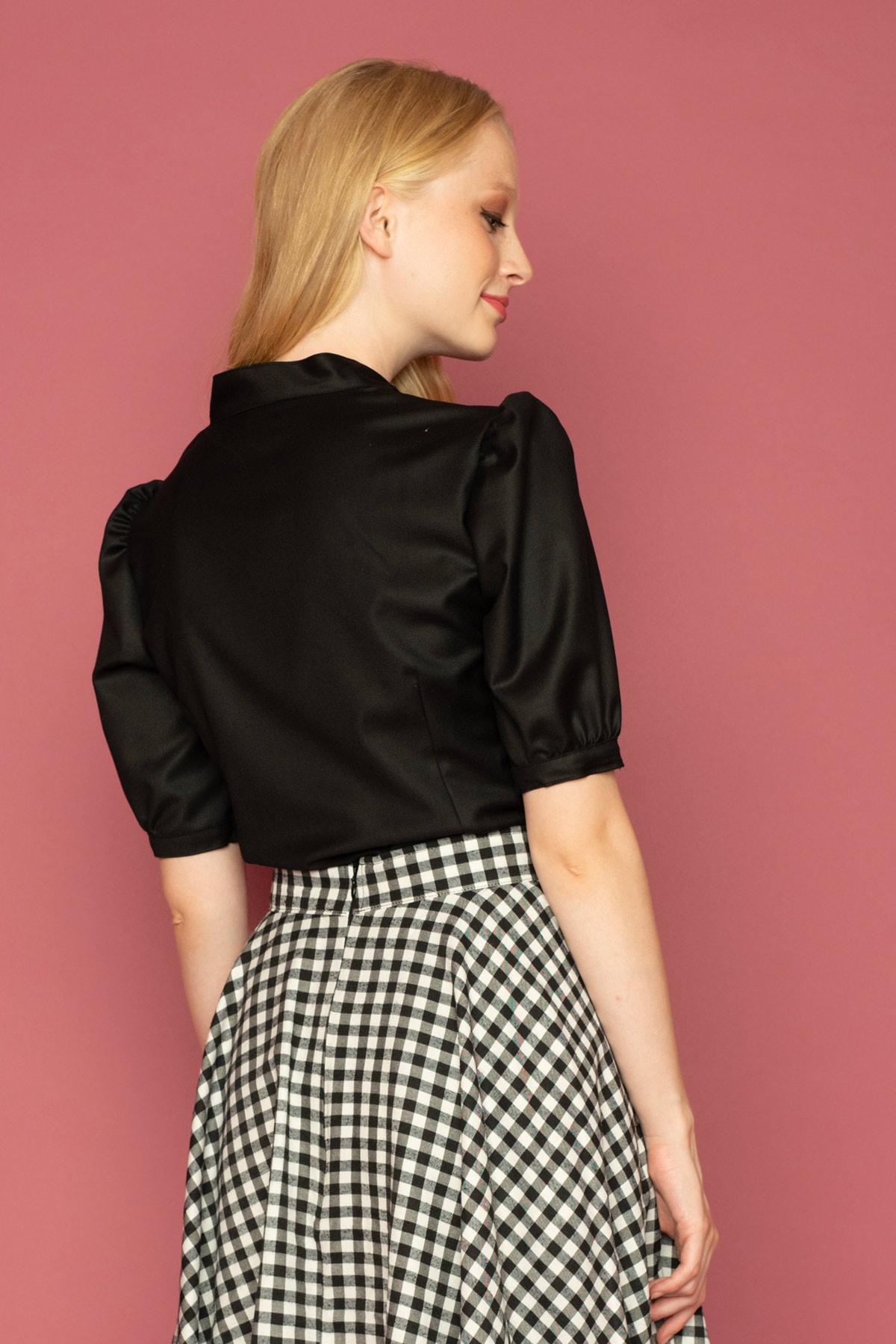Μαύρο πουκάμισο με κοντά φουντωτά μανίκια και δέσιμο στο λαιμό, σε ρομαντικό ύφος, ιδανική επιλογή για όλες τις ώρες!