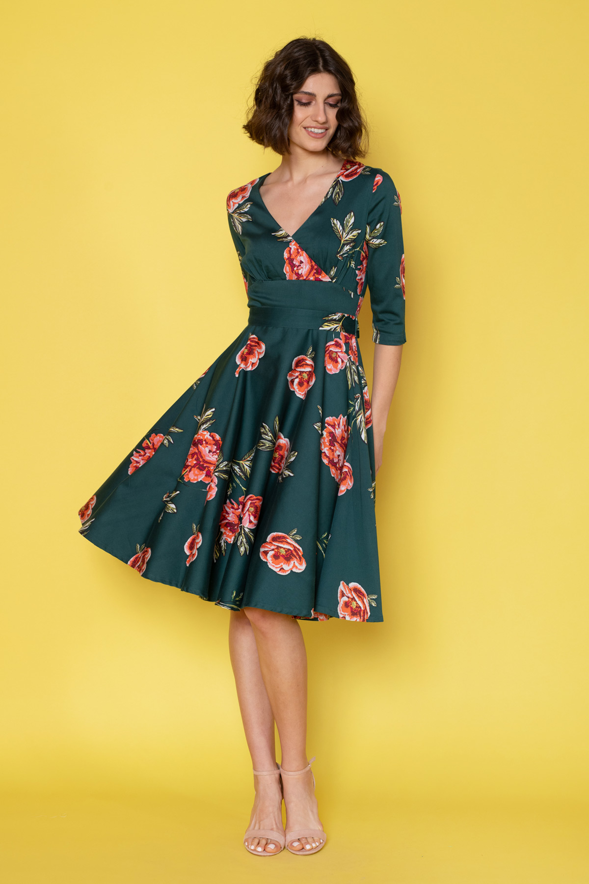 50s φλοράλ φόρεμα vintage με λουλούδια και 3/4 μανίκια, σε μεσάτη γραμμή, με κρουαζέ λαιμουδιά και κλος φούστα μέχρι το γόνατο, ιδανικό για όλες τις ώρες!