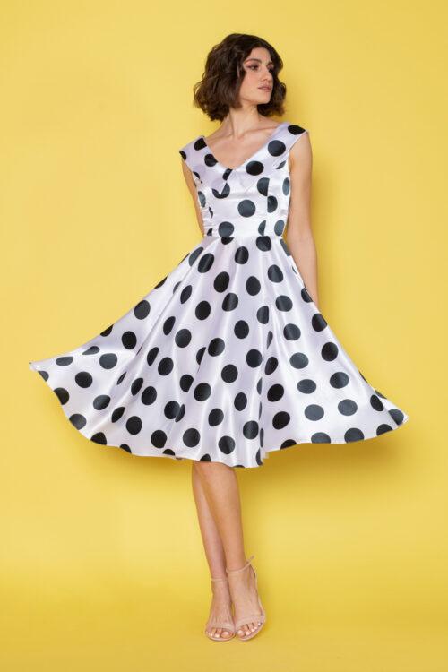 Κλος vintage φόρεμα με μαύρα πουά πάνω σε λευκό αέρινο σατινέ ύφασμα, σε μεσάτη γραμμή, με μπούστο και πλάτη σε σχήμα V με γιακά.