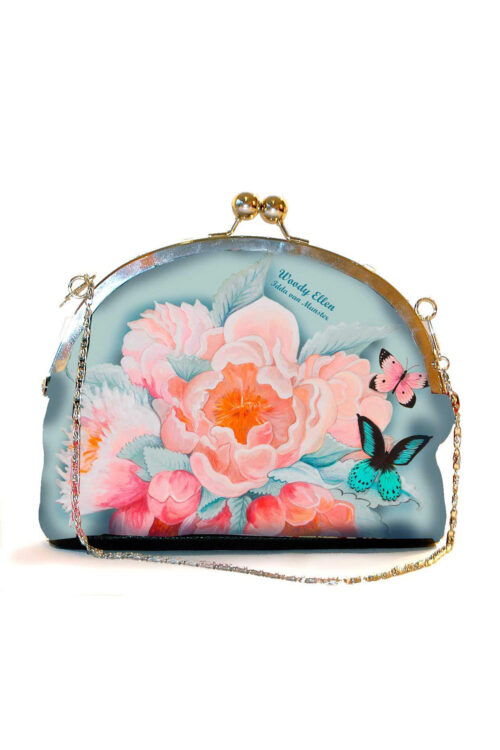 Υπέροχο τσαντάκι με clip για μια ιδιαίτερη εμφάνιση! Η σύνθεση από ροζ τριαντάφυλλα και πεταλούδες πάνω σε γαλάζιο φόντο δημιουργούν την απόλυτη ρομαντική διάθεση, και μπορεί να κρατηθεί στο χέρι ή να περαστεί στον ώμο με αλυσίδα.