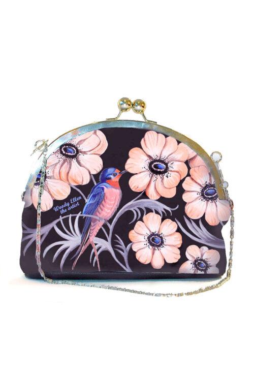 Υπέροχο τσαντάκι με clip για μια ιδιαίτερη εμφάνιση! Έχει λουλούδια σε έντονες αποχρώσεις, απλωμένα σε μαύρο φόντο, και μπορεί να κρατηθεί στο χέρι ή να περαστεί στον ώμο με αλυσίδα.