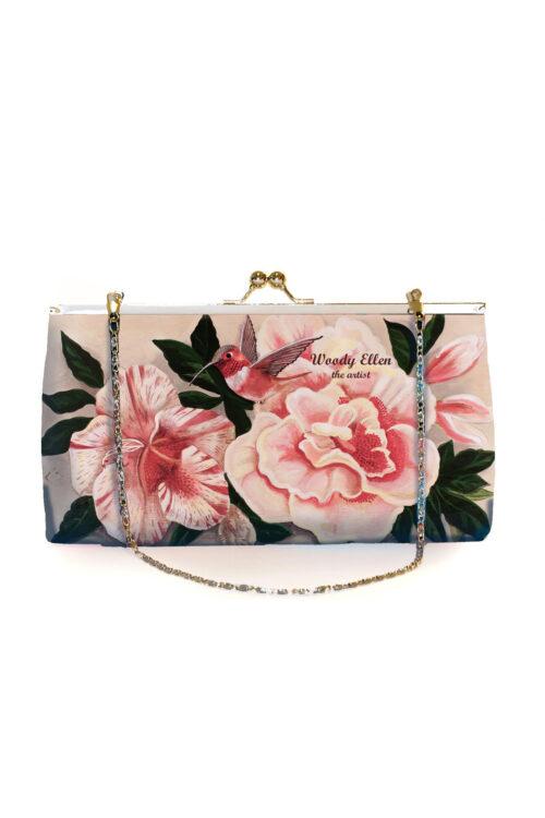 Υπέροχο retro clutch για μια ιδιαίτερη εμφάνιση! Έχει λουλούδια σε παστέλ αποχρώσεις, απλωμένα σε απαλό ροζ φόντο, και μπορεί να κρατηθεί στο χέρι ή να περαστεί στον ώμο με αλυσίδα.
