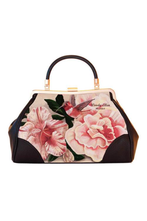 Υπέροχη retro τσάντα με λουλούδια σε παστέλ αποχρώσεις, απλωμένα σε απαλό ροζ φόντο, που μαζί με το honeybird δημιουργούν μια ρομαντική σύνθεση. Φορέστε την από το πρωί μέχρι το βράδυ, συνδυάστε τα κατάλληλα αξεσουάρ και η γλυκιά μελαγχολική διάθεση έχει ολοκληρωθεί!