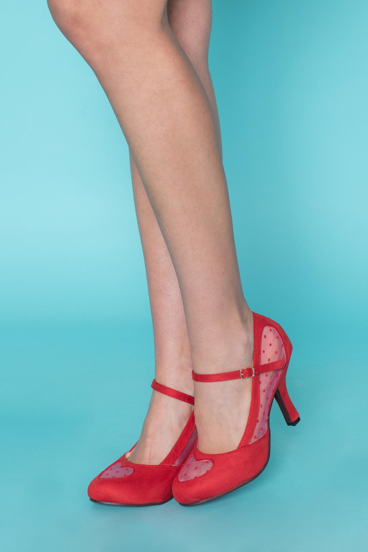 Κόκκινα γοβάκια με πουά διαφάνεια σε σχήμα καρδιάς μπροστά και στα πλάγια, λουράκι στον αστράγαλο, με χαμηλό τακούνι, σε vintage style γραμμή για ιδιαίτερα looks!