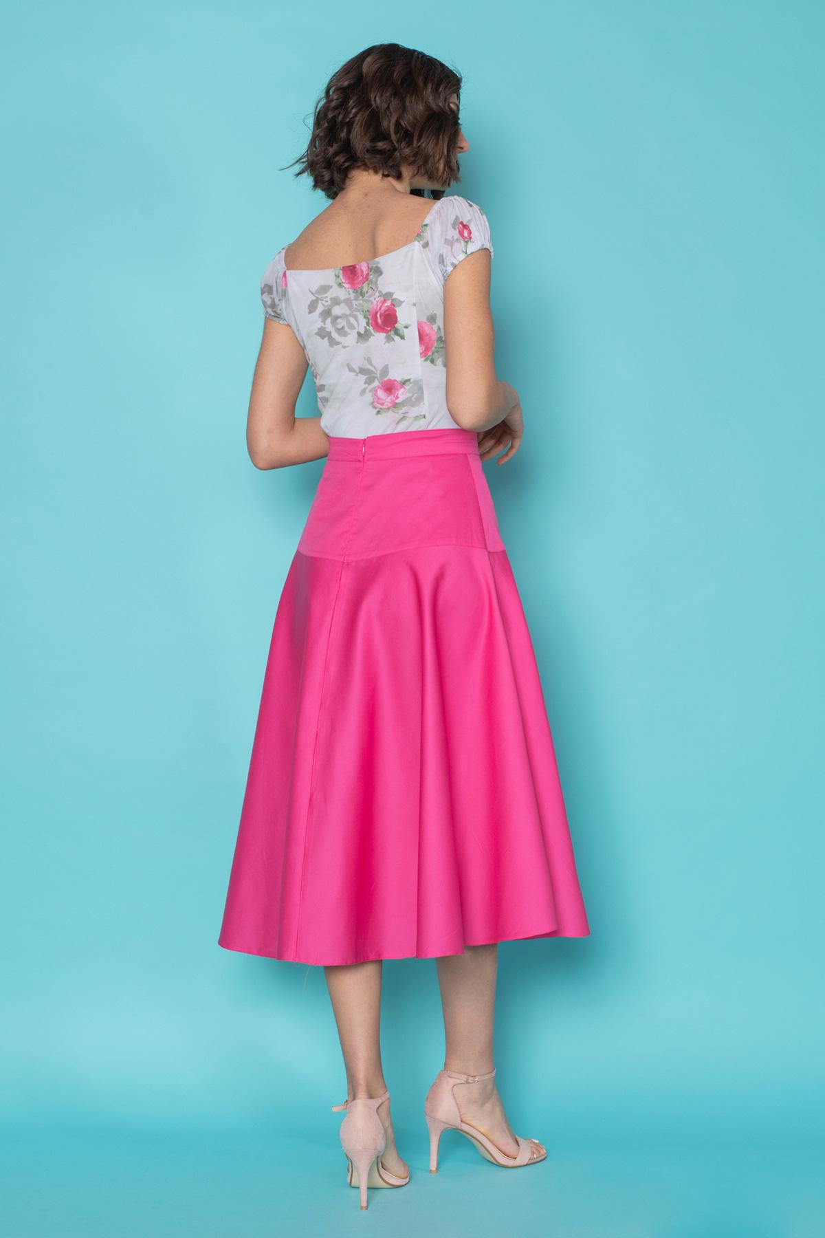 Ψηλόμεση φούστα σε φούξια χρώμα, εφαρμοστή στους γοφούς και κλος μέχρι τη μέση της γάμπας, από μαλακό ύφασμα, με σταθερή ζώνη και κρυφό φερμουάρ πίσω, για μια chic εμφάνιση.