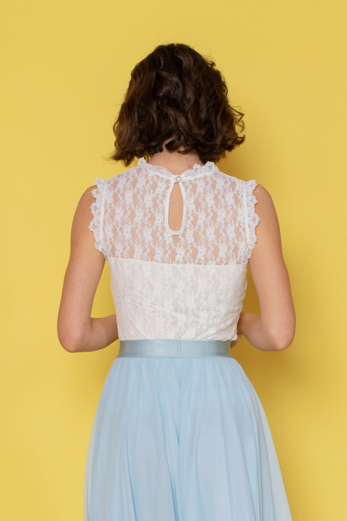 Ιβουάρ δαντελένια μπλούζα με μπλούστο σε σχήμα καρδιάς, τελείωμα δαντέλας στο λαιμό και τα χέρια και διαφάνεια στους ώμους, ιδανική επιλογή για επίσημες εμφανίσεις!