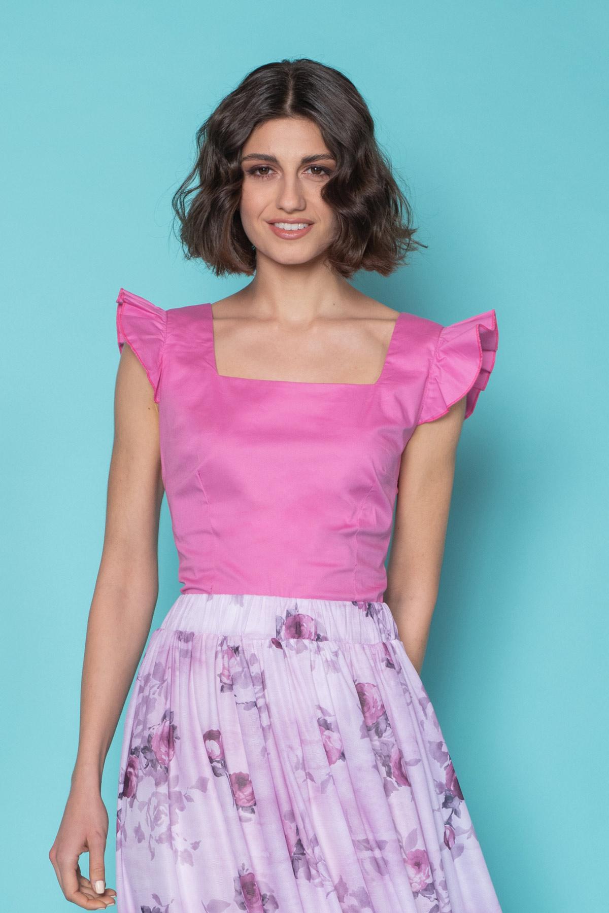 Ροζ μπλούζα με μικρά βολάν στους ώμους και τετράγωνη λαιμουδιά, εφαρμοστό στον κορμό και κρυφό φερμουάρ στην πλάτη, ιδανικό για τη σεζόν!